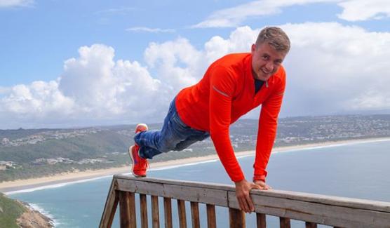 Stefan Gering trainiert auf Geländer