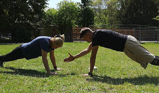 Stefan Gering macht Übungen